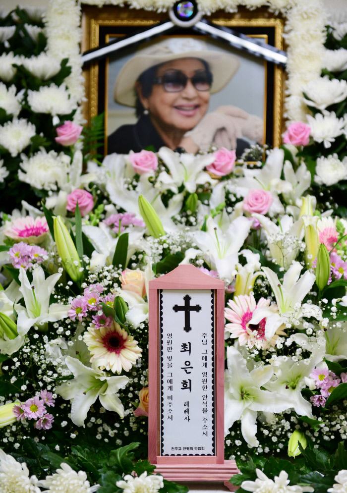 서울성모병원 장례식장에 마련된 배우 최은희씨의 빈소. 발인은 19일이며 장지는 안성천주교공원묘지이다. 연합뉴스