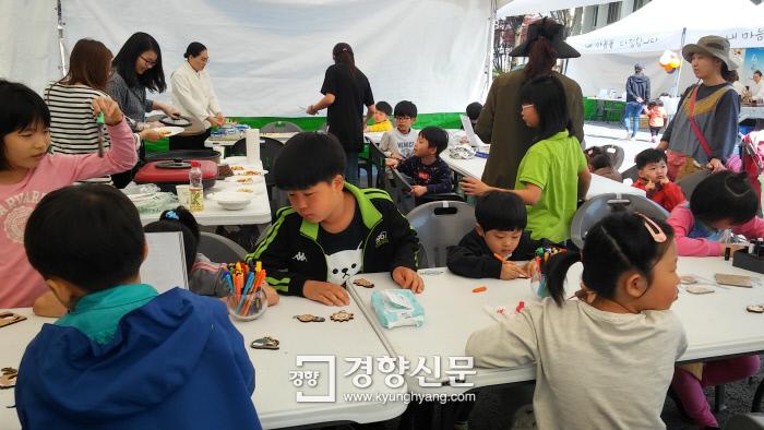 지난 해 열린 원불교의 법등축제에서 어린이들이 체험행사를 즐기고 있다. 원불교 제공.