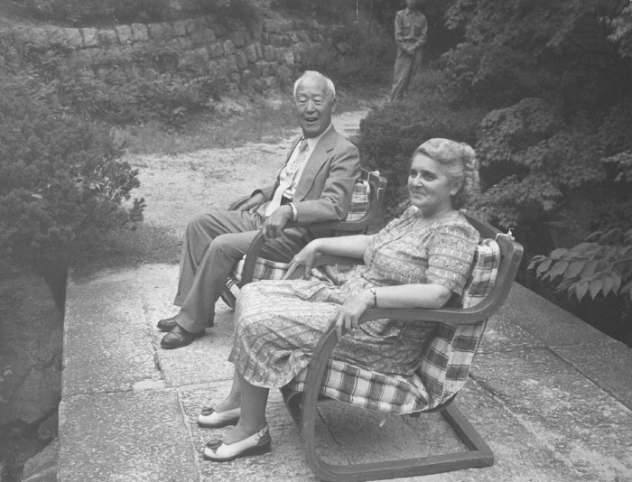 의자에서 휴식을 취하는 이승만 전 대통령과 부인 프란체스카 여사. 촬영일시는 불분명하다.  국가기록원