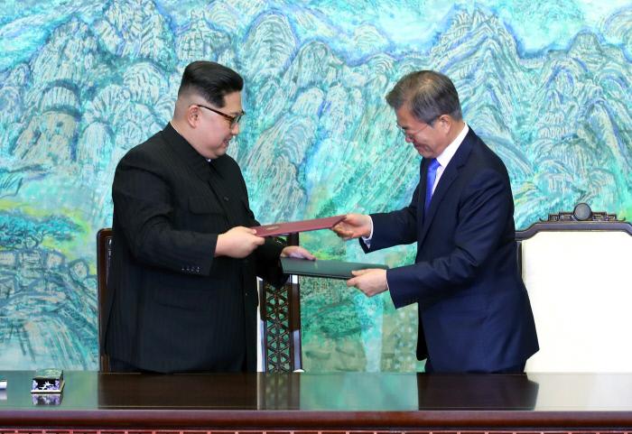 문재인 대통령과 김정은 북한 국무위원장이 지난 27일 판문점 평화의집에서 남북정상회담 합의문인 '한반도의 평화와 번영, 통일을 위한 판문점선언문'에 각각 서명한 뒤 교환하고 있다. 서성일 기자 centing@kyunghyang.com