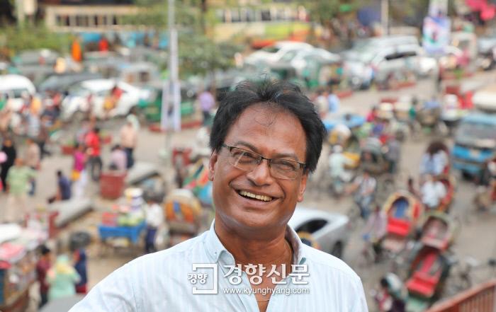 오후 5시 귀가길을 재촉하는 이들로 혼잡한 다카 시내 샤하박 사거리를 배경으로 선 샤킬. 10년 전 한국에서 돌아온 뒤 마주한 이 혼잡은 샤킬에게도 낯선 풍광이었다. 방글라데시  다카|강윤중 기자