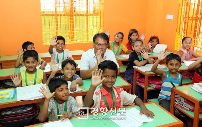 샤킬이 방글라데시 남다카 주레인 자택 1층에 운영하는 '기쁨 공부방'에서 아이들과 함께 했다. 오렌지색 벽과 민트색 책상 등 아이들의 기분을 배려한 인테리어가 마음을 따뜻하게 한다. 방글라데시 다카|강윤중 기자