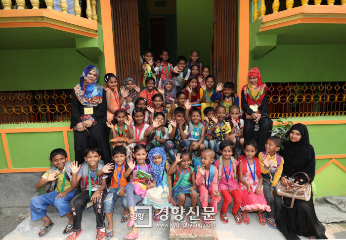 수업을 마친 '기쁨 공부방' 아이들과 교사가 한 자리에 모였다. 샤킬이 고된 일을 하는 노동자의 자녀들을 위해 4년 전부터 운영 중인 마을 공부방이다.  방글라데시 다카|강윤중 기자