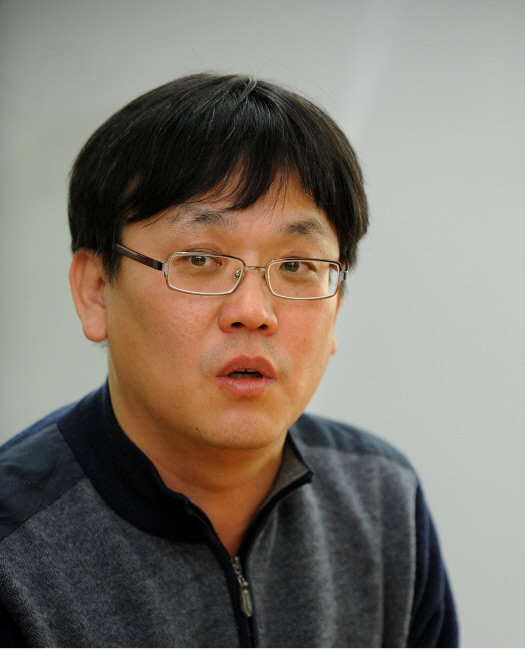 """""""책 한권 수명? 옛날엔 6개월, 요즘은 단 3주일"""" - 경향신문"""