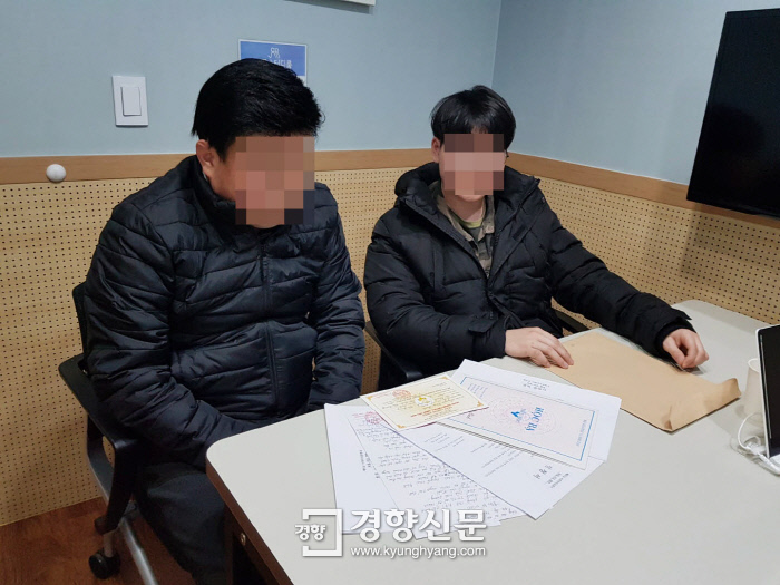 베트남 출신 박모군(오른쪽)과 한국인 양아버지 박모씨가 베트남 현지에서 보낸 박군의 중학교 입학 관련 서류를 살펴보고 있다. 유설희 기자 sorry@kyunghyang.com