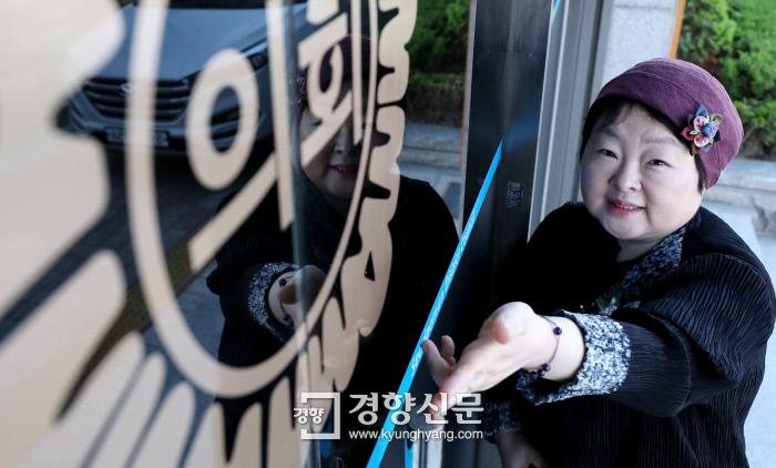&lt;b >끝까지 따져묻겠다는 서울 서대문구 의회 '프로 민원인' 강석미씨</b> 구의원들의 임기 말 해외연수 문제점을 알려온 서대문구 주민 강석미씨가 지난 4일 서대문구의회 앞에서 출입문에 쓰인 '의회'를 가리키고 있다. 김기남 기자 kknphoto@kyunghyang.com
