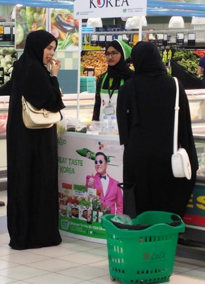 중동 지역 소비자들이 할랄 인증을 받은 CJ제일제당의 간편식을 시식하고 있다. CJ제일제당 제공