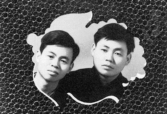 1956년 부산 시절의 권정생 모습(왼쪽). 오른쪽은 당시 가깝게 지내던 '기훈'이라는 친구로 추정된다. 출판사 산처럼 제공