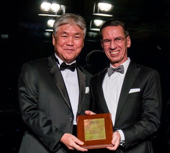김승협 서울대병원 영상의학과 교수(왼쪽)가 지난 3월 유럽영상의학회 베른트 함 회장으로부터 명예회원 패를 받고 있다.  김승협 교수 제공