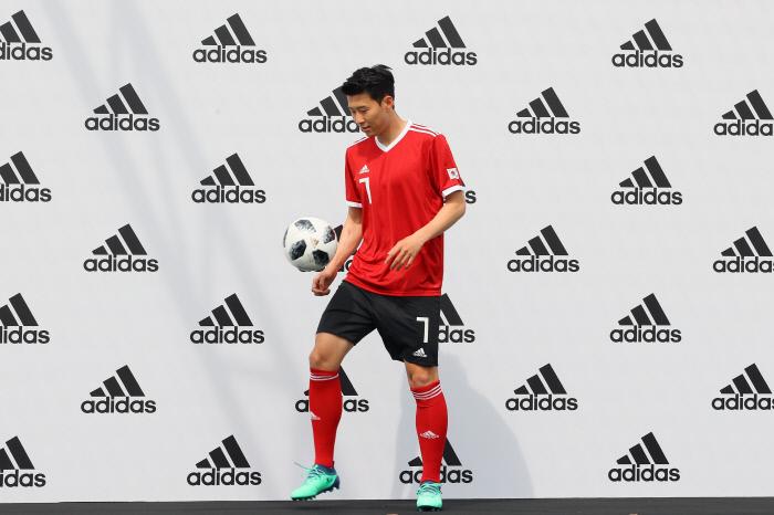 손흥민이 15일 서울 용산구 아이파크몰에서 열린 기자회견 시작 전 월드컵 공인구 텔스타 18로 리프팅을 하고 있다.  연합뉴스