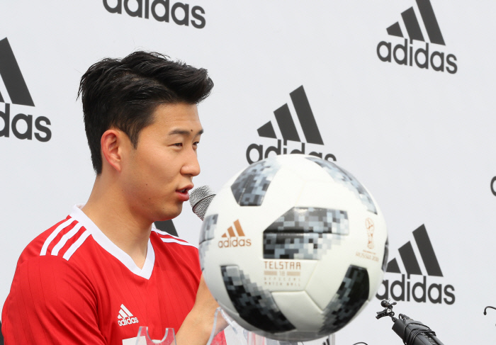 손흥민이 15일 서울 용산구 아이파크몰에서 열린 기자회견에서 월드컵 출전을 앞두고 각오를 밝히고 있다.   연합뉴스