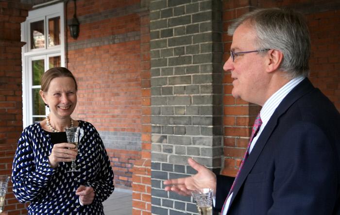 영국산 스파클링 와인을 소개하는 스미스 대사 부부.