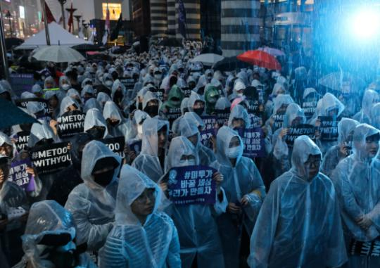 """Women in White Raincoats Gather at Gangnam Station in the Rain, """"We're Here  to Change the World, Which Remains Misogynist"""" 