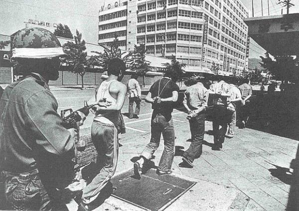 <b>시민들 겨눈 계엄군</b> 5·18민주화운동 당시 시민들이 양손이 뒤로 묶인 채 계엄군에 의해 연행되고 있다. 광주시 제공
