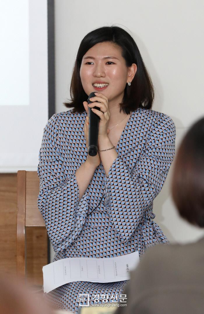 15일 오후 서울 중구 프란치스코회관에서 열린 5월 인생수업 '나에게 다정해지는 법'에서 필명 '서늘한 여름밤'으로 심리에 관한 웹툰을 그리는 이서현 작가가 강의를 하고 있다. / 권도현 기자 lightroad@kyunghyang.com
