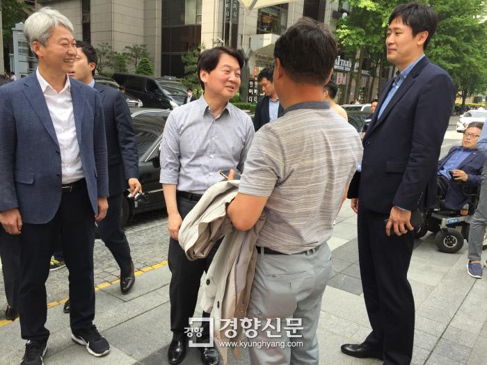 5월 15일 안철수 서울시장 바른미래당 후보가 서울 청계광장에서 시민들과 인사를 하고 있다. 정용인 기자