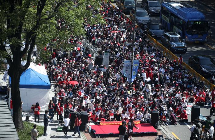 여성 1만2000명이 지난 19일 오후 서울 종로구 혜화역 2번 출구 인근에서 공정한 수사와 몰카 촬영과 유출, 유통에 대한 해결책 마련 등을 촉구하는 시위를 하고 있다. 연합뉴스 제공