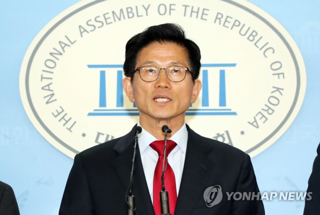 자유한국당 김문수 서울시장 후보가 20일 국회에서 기자회견을 하고 있다. 연합뉴스