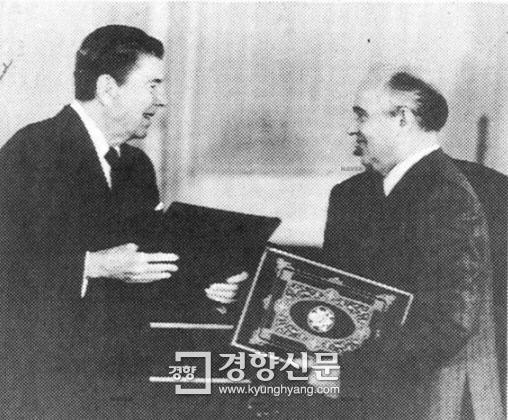 레이건 대통령과 고르바초프 소련공산당 서기장이 1988년 6월1일 모스크바 크렘린궁에서 양국의 비준문서를 교환하고 있다.