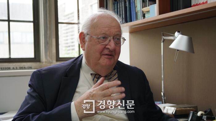 앵거스 디턴 프린스턴대 교수가 지난달 18일(현지시간) 미국 뉴저지 프린스턴대 자신의 연구실에서 경향신문과 만나 불평등 문제 해법에 대해 이야기하고 있다.  이호준 기자