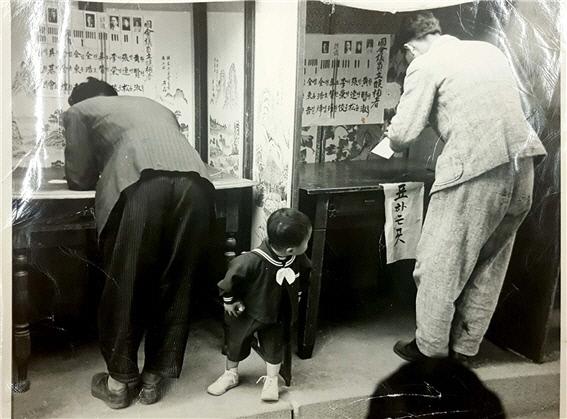1948년 5월10일 남한에서 실시된 첫 보통선거에서는 다른 정당은 불참하고 한국민주당만 참여했지만 전체 200석 중 29석을 얻는 데 그쳤다. 시민들은 한민당을 일제 치하에서 이익을 얻었던 기득권층으로 생각했다. 미군정은 당황할 수밖에 없었다. 사진은 당시 투표장의 모습. 사진과 이름이 붙어 있다.