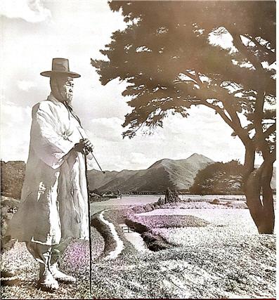 당시 외국인들의 눈에 비친 한국의 대표적 이미지라고 할 수 있는 사진. 사진에는 과거의 회상에 젖어 있는 한국인의 모습을 담고 있으며, 이는 그의 전통적 복장으로부터 나오고 있다는 설명이 달려 있다.