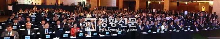 'BEYOND $30000 - 더 나은 미래, 불평등을 넘어'를 주제로 19일 서울 중구 롯데호텔 그랜드볼룸에서 열린 2018 경향포럼에 참석한 정·관·재계 주요 인사 및 시민들이 참석자 소개 때 박수를 보내고 있다.  김기남 기자 kknphoto@kyunghyang.com
