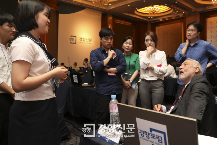 조지프 스티글리츠 미 컬럼비아대 교수가 19일 열린 2018 경향포럼의 휴식시간에 한국 학생 및 포럼 참가자들의 질문에 답해주고 있다.  이준헌 기자 ifwedont@kyunghyang.com