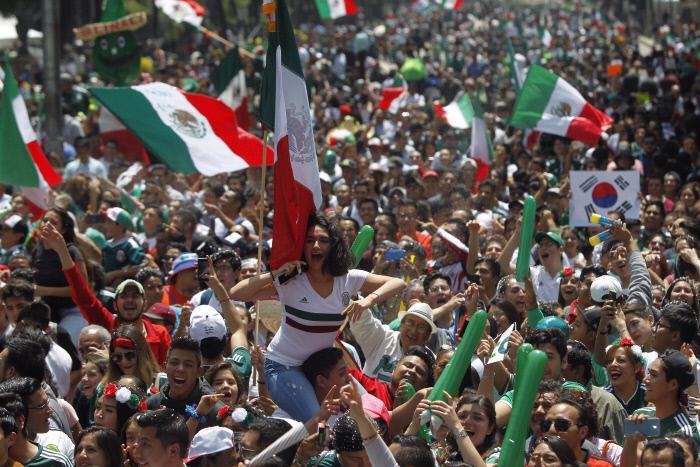 멕시코 축구팬들이 지난 27일 멕시코시티에서 자국의 2018 러시아 월드컵 16강 진출이 확정되자 기뻐하고 있다. 멕시코시티 | EPA연합뉴스