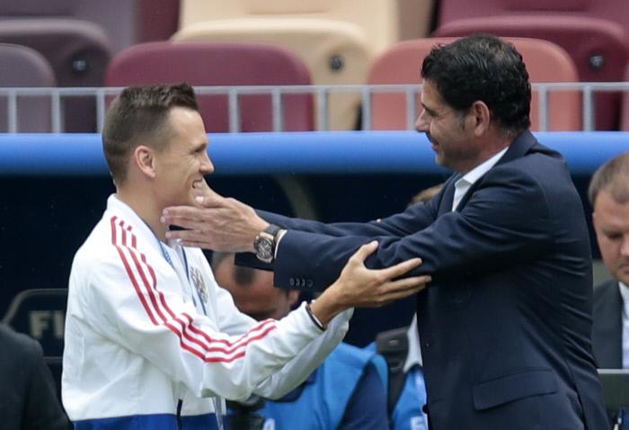 러시아의 미드필더 데니스 체리셰프(왼쪽)와 스페인 축구대표팀 감독 페르난도 이에로가 1일 러시아 모스크바 루즈니키 스타디움에서 열리는 2018 러시아 월드컵 16강전에 앞서 만나 대화를 나누고 있다. 모스크바 | 타스연합뉴스