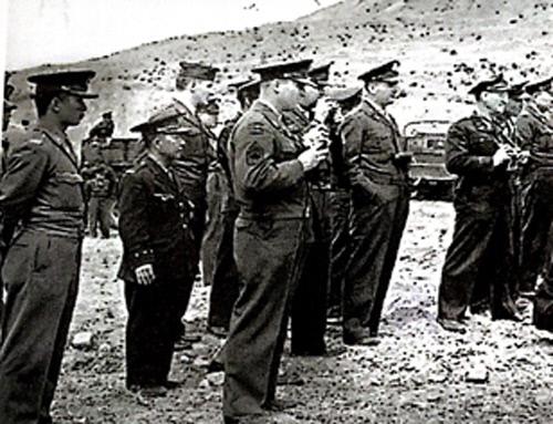 <스파이의 왕>에 실려 있는 사진. 1950년 군내 숙청 시 처형 장면을 담은 다큐멘터리는 이미 방송을 통해 몇 차례 방영되었다. 그러나 그 장면의 반대쪽에서 이를 지켜보고 있었던 미군과 한국군의 모습은 공개된 적이 없다. 사진 설명에는 니콜스가 맨 오른쪽에 있다고 되어 있는데 인상착의로는 가운데 있는 인물로 보인다.