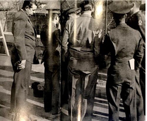 <스파이의 왕>에 실려 있는 사진. 한국 경찰과 미군 관계자들이 처형된 게릴라 지도자 김지회를 지켜보고 있다. 왼쪽 인물이 니콜스로 보이며, 김지회는 여순사건의 반란군 측 지도자였다. 청년단은 여순사건과 제주도 4·3 사건에도 깊숙이 개입한 것으로 알려지고 있다.