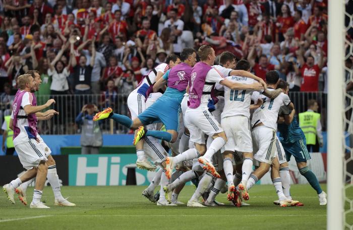 러시아 선수들이 2일 러시아 모스크바 루즈니키 스타디움에서 끝난 2018 러시아 월드컵 16강전에서 스페인을 승부차기 끝에 이긴 뒤 얼싸안고 기뻐하고 있다. 모스크바 | AP연합뉴스