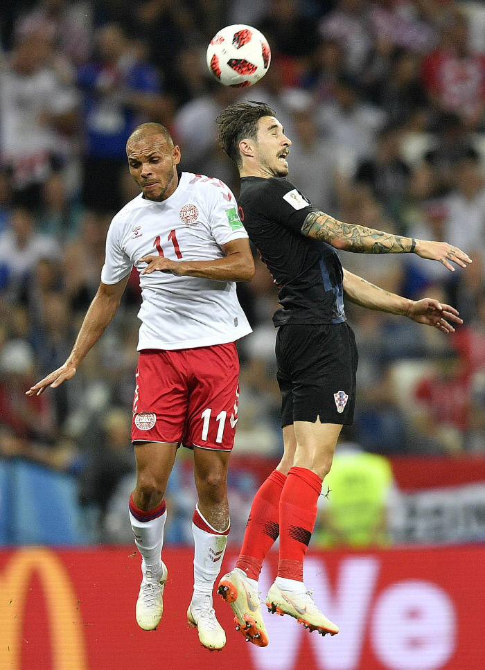 덴마크의 마르틴 브레이스웨이트(왼쪽)와 크로아티아의 시메 브르살코가 2일 러시아 니즈니노브고로드 스타디움에서 열린 2018 러시아 월드컵 16강전 도중 공중볼 다툼을 하고 있다. 니즈니노브고로드 | AP연합뉴스