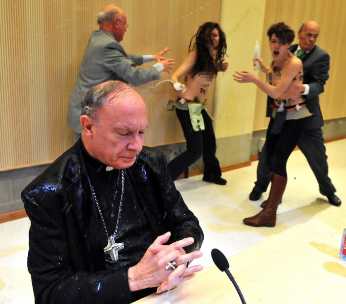 페멘 활동가들이 동성애 혐오발언을 한 벨기에 대주교에게 물을 뿌리며 항의하는 모습. AFP연합뉴스