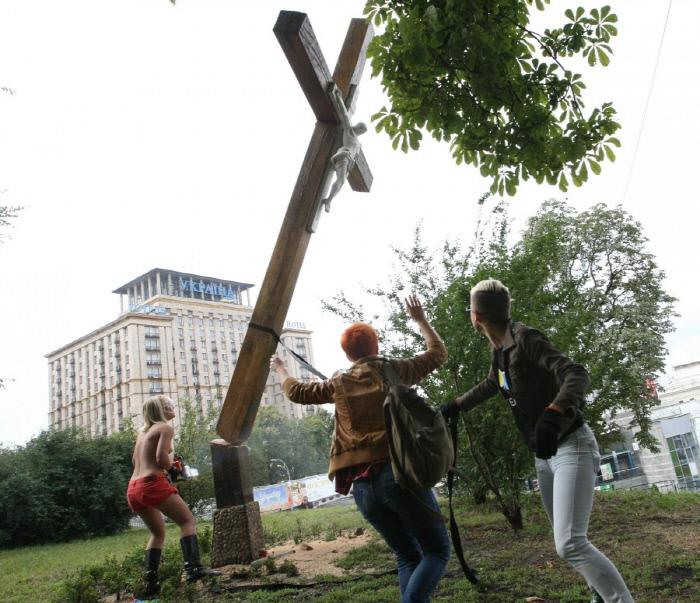 예수가 매달린 나무십자가를 전기톱으로 잘라버린 페멘의 리더 인나 셰브첸코. 이 일로 그는 나고 자란 우크라이나를 떠나 프랑스에 정착했다. 페멘 홈페이지
