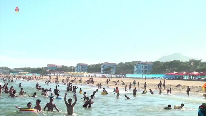 조선중앙TV가 2일 공개한 영상 속에서 피서를 즐기는 주민들로 북적이는 해수욕장의 모습. /연합뉴스