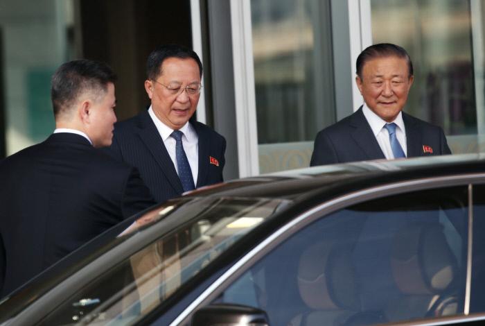 리용호 북한 외무상(가운데)이 10일 지재룡 주중북한대사(오른쪽)의 영접을 받으며 귀국 경유지인 베이징 서우두 공항 귀빈실을 나오고 있다. 사진 연합뉴스