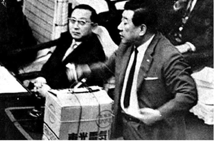 국회 본회의에서 한독당 김두한 의원이 삼성 밀수사건에 관한 발언 도중 국무위원석에 오물을 뿌리려는 장면(1966년).  경향신문 자료사진