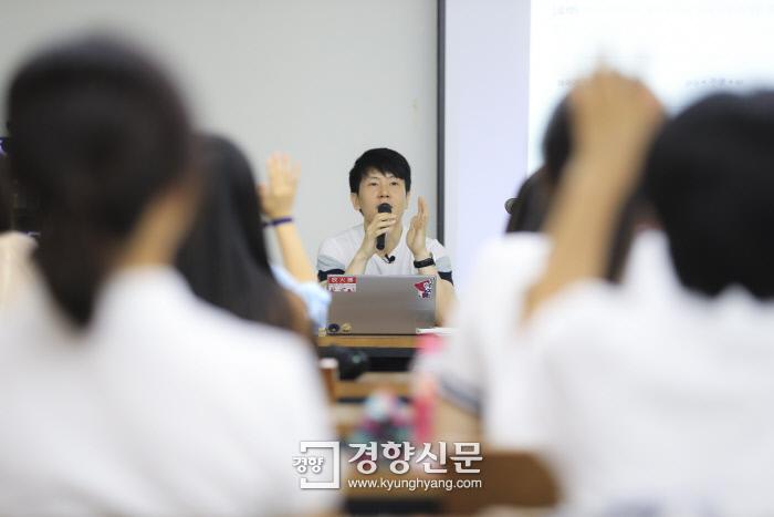 위근우씨가 14일 서울 중구 프란치스코 성당 회의실에서 강연을 하면서 참석자들에게 프로불편러에 관한 질문을 던지고 있다. |이준헌 기자 ifwedont@kyunghyang.com