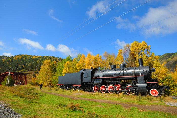 환바이칼 관광열차를 타고 가다 보면 만날 수 있는 증기 기관차.