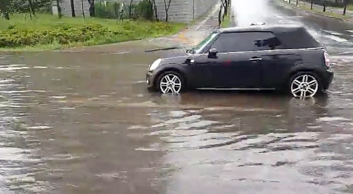 The car stopped on a road with water in Seogwipo City, Jeju, where the rain had been a day. The Meteorological Administration said it would rain on the third day across the country. | Seogwipo fire service image capture · Yonhap News