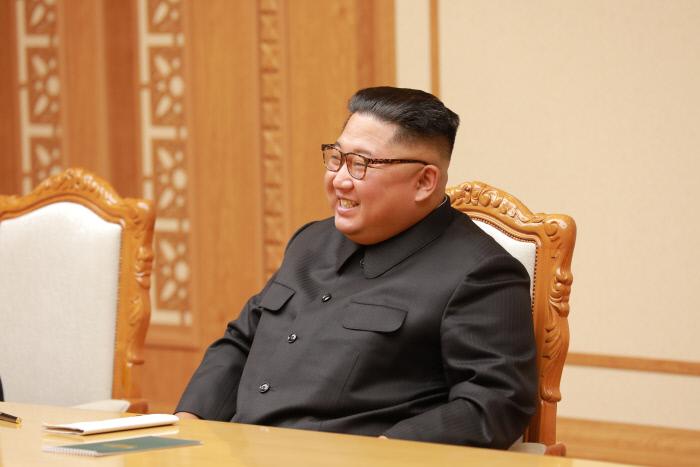 김정은 북한 국무위원장이 5일 문재인 대통령의 대북특사단과의 면담에서 환하게 웃고 있다.  청와대 제공