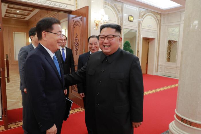 김정은 북한 국무위원장(오른쪽)이 5일 정의용 청와대 국가안보실장과 함께 평양 노동당 본부청사 진달래관으로 입장하고 있다. 청와대 제공