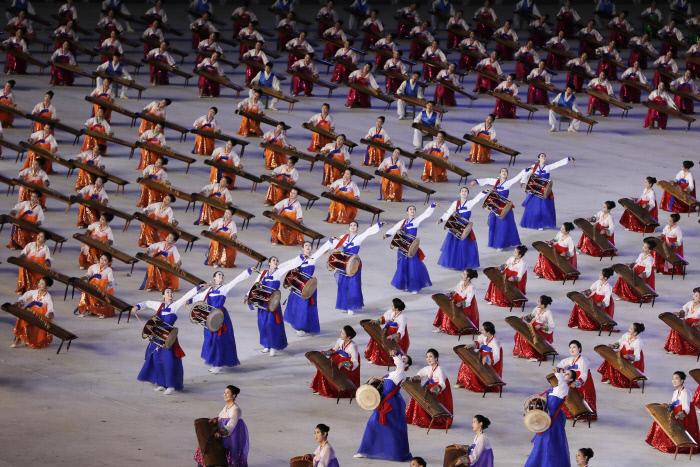 가야금과 장구 등 전통악기를 이용한 퍼포먼스. AP연합뉴스