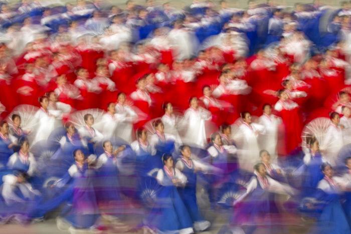 부채춤을 선보이는 공연단. AP연합뉴스