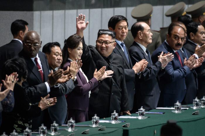 행사장에 참석해 손을 흔들고 있는 김정은 국무위원장과 부인 이설주 여사.  AFP연합뉴스
