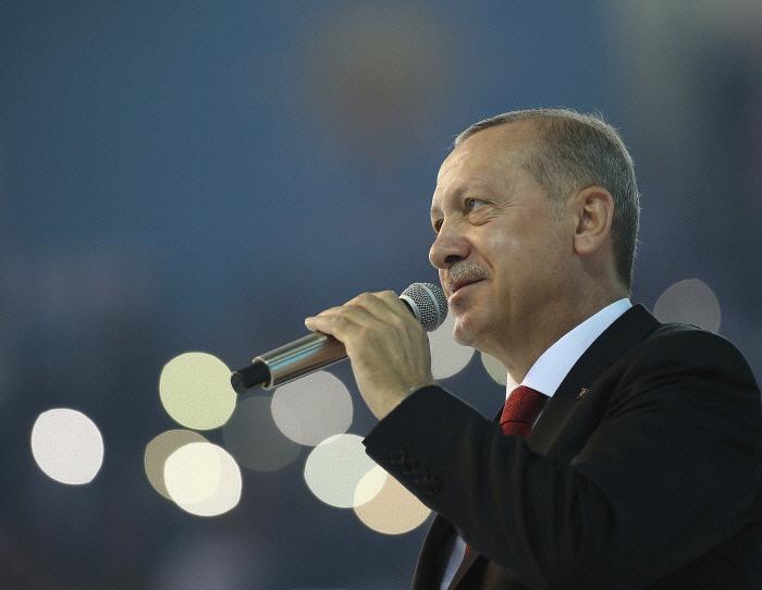 레제프 타이이프 에르도안 터키 대통령이 지난달 18일(현지시간) 수도 앙카라에서 열린 집권 정의개발당(AKP) 지지자들 앞에서 연설하고 있다. 앙카라|AP연합뉴스