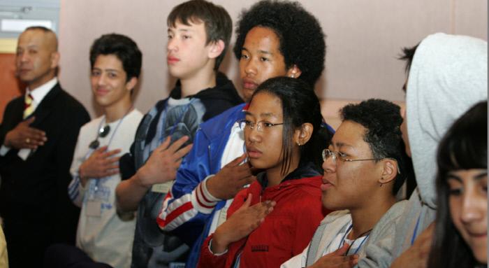 2006년 3월 30일, 국가청소년위원회가 주최한  '다문화가정 청소년 사회적응 실태 및 지원방안 토론회'에 참석해 국민의례를 하고 있는  '혼혈 청소년'들. / 국가기록원