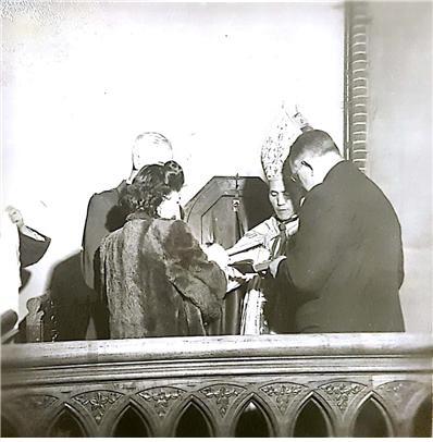 버치의 딸 세례식 장면. 노기남 대주교, 대모인 메리 루(한국 이름은 적혀 있지 않다), 그리고 미군정 방첩대(CIC)의 로빈슨 소령이 참석했다.
